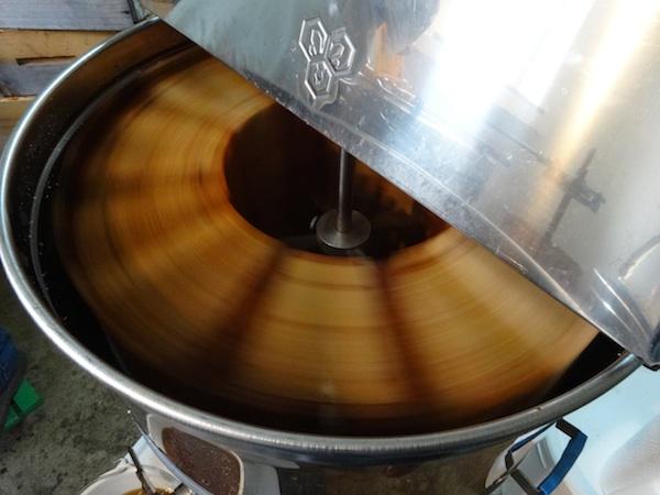 Extraction du miel avec la centrifugeuse